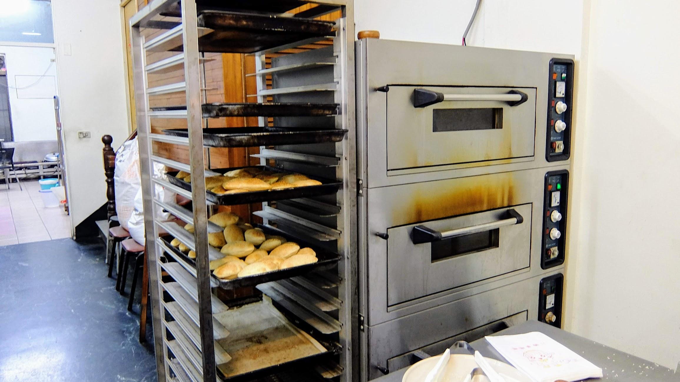 後方有烤箱烤爐