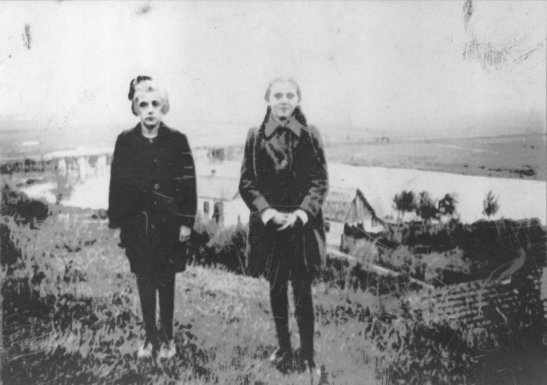 """Zdjęcie: Zdjęcie wykonane wlatach 40-tych na chroberskim """"Zamczysku"""". Wtle po lewej, za dziewczynkami widać drewniany most na Nidzie, wdole zabudowania Podzamcza. Od lewej stoi Zofia Dobaj iCelina Dobaj. (fot. zarch. Izabeli Rogóż zd. Dobaj)"""
