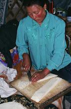 Photo: 03199 ブルド/バスハダール家/麺作り/小麦粉に水を加えてこねる。薄く延ばして1時間半おき、表面が乾燥したら重ねて細切りにする。