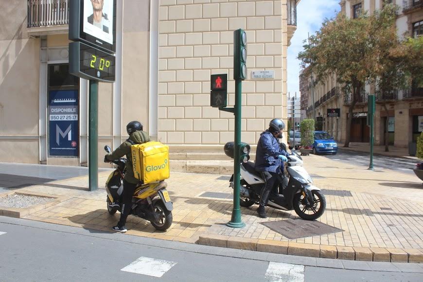 Repartidores en Avenida Pablo Iglesias esquina Puerta de Purchena.