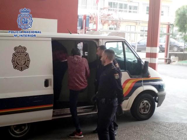 Uno de los detenidos sube al furgón policial.