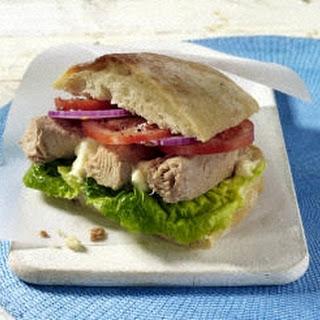 Sandwich mit Thunfisch und Tomaten
