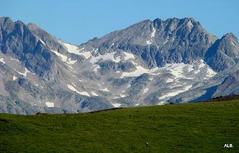 Photo: El prado y los picos a buena altura.