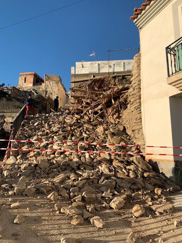 Los escombros han provocado el corte de la calle.