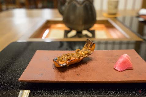 焼物: 青鱒 ネギ味噌乗せ 紅時雨大根の甘酢漬け添