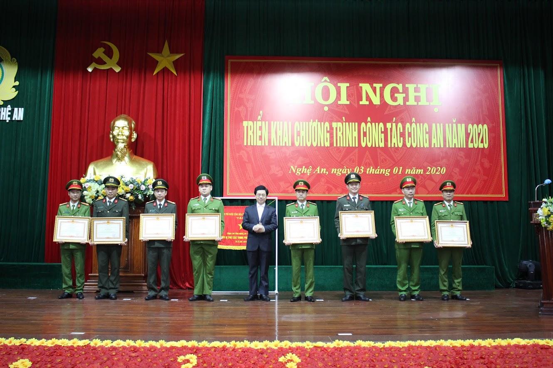 Trao Bằng khen của Thủ tướng Chính phủ cho các tập thể, cá nhân xuất sắc
