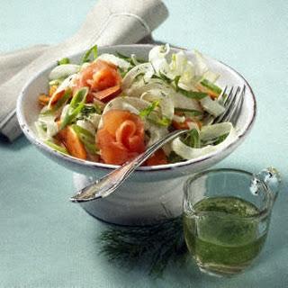 Fenchelsalat mit Papaya, Lauchzwiebeln, Räucherlachs und Dill-Vinaigrette