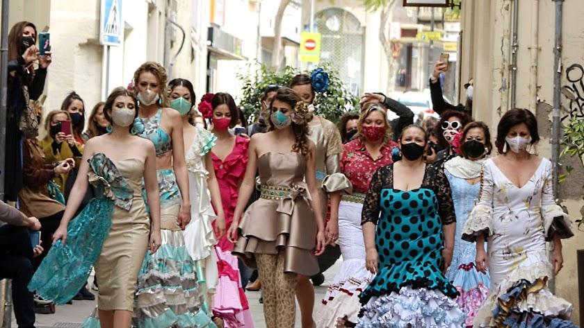 Participantes de la clausura del curso de Moda Flamenca en calle Tiendas.