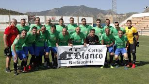 Los veteranos del Almería luciendo la segunda equipación.