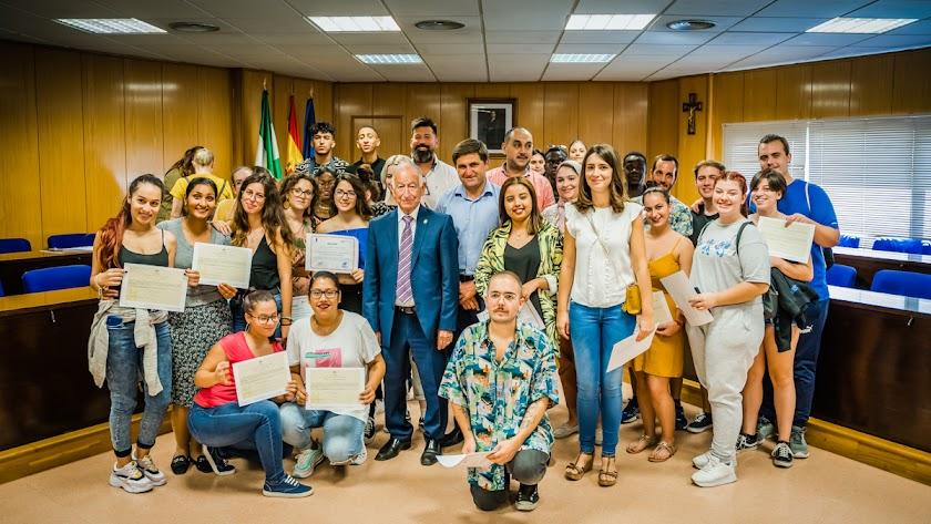 Entrega de diplomas de 'Emplea Roquetas' a parte de los alumnos participantes.