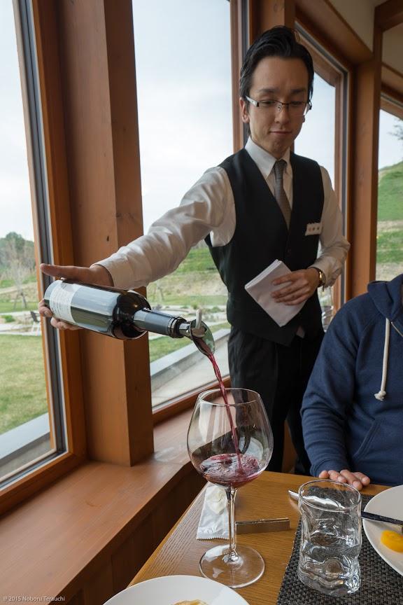 ワインをサーブする南保さん