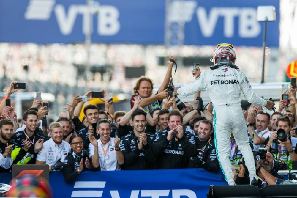 Lewis Hamilton wen in Rusland om die sukses van Ferrari te beëindig