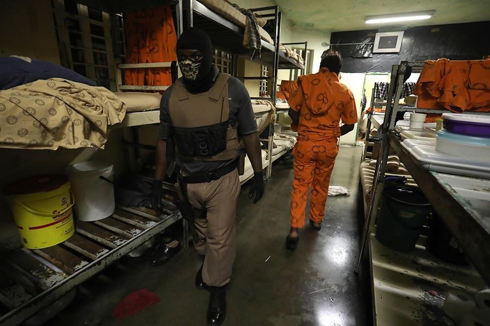 KYK | Hoe gevangenes selfone en smokkelaars vir gevangenisbewaarders wegsteek - TimesLIVE