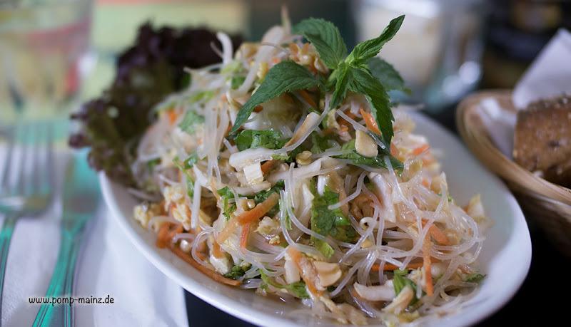 Photo: Asiatischer Salat  mit Glasnudeln, Koriander, gerösteten Erdnüssen, Minze & Soja-Vinaigrette