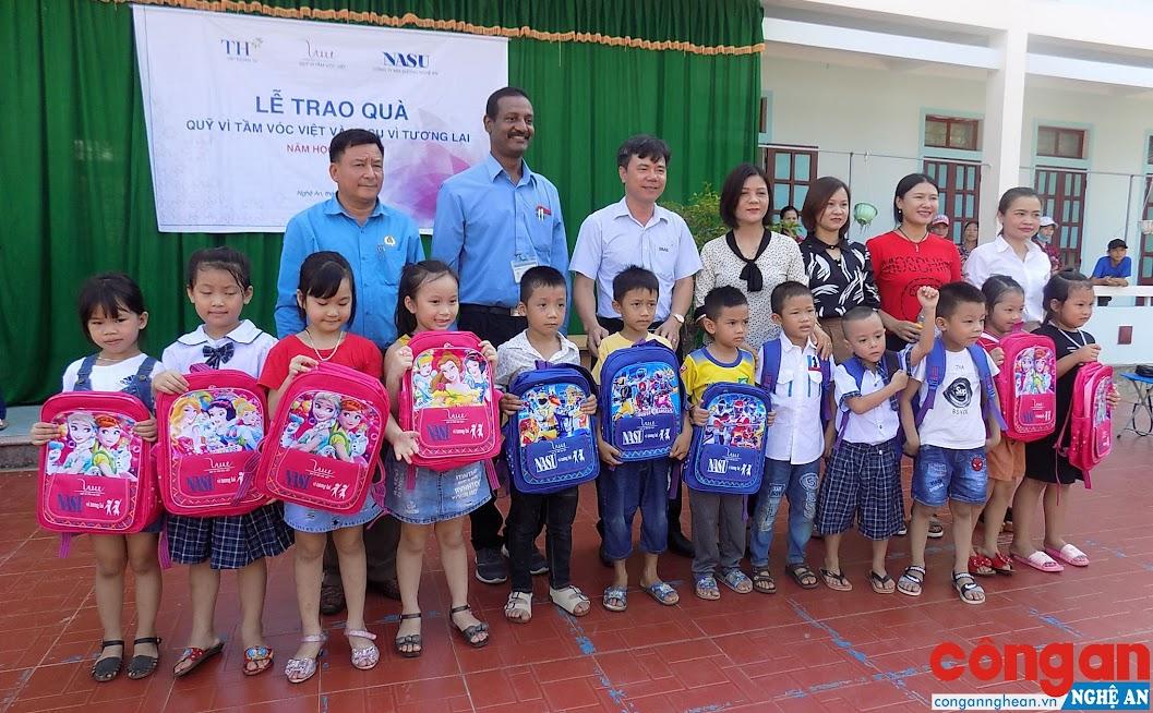 Đại diện Công ty NaSu trao quà cho học sinh lớp 1 tại Trường Tiểu học Nghĩa Xuân 1, Quỳ Hợp