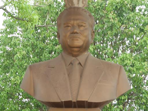 カイソーン元国家主席像