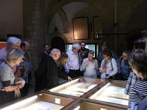 Photo: 009 Kirjaston johtajamunkki esitteli luostarin kirjaston aarteita