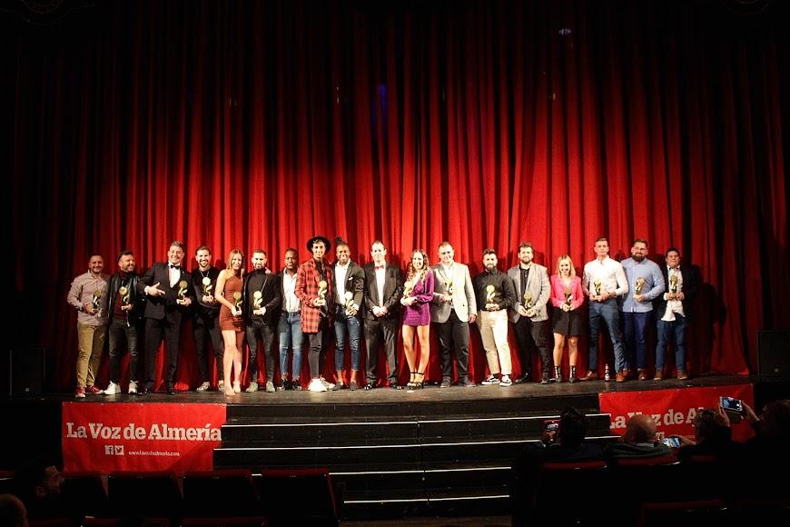 Foto de Familia de los galardonados en los Premios de la Noche Almeriense junto a Curro Verdegay.