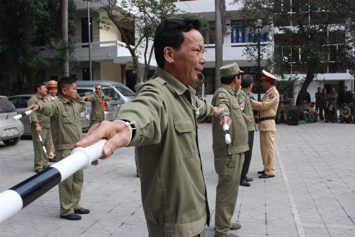 Lực lượng Bảo vệ dân phố và Công an xã thực hành các động tác chỉ huy giao thông