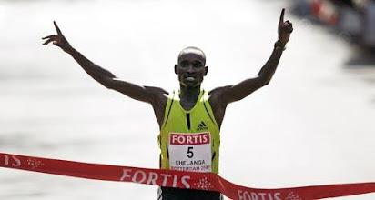 Photo: De Keniaan Joshua Chelanga heeft in zomerse temperaturen de marathon van Rotterdam op zijn naam geschreven 2:08:21