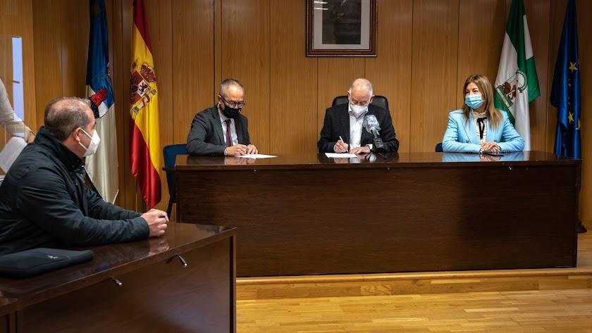El alcalde de Roquetas de Mar en la firma.