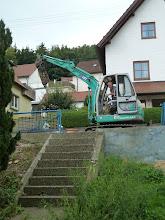 Photo: für die Treppe braucht er erst mal keine Schaufel sondern was um sie zu lösen.......