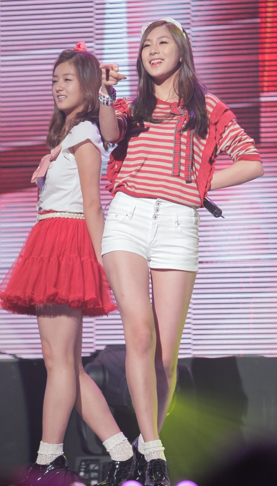 Yoon_Bomi_and_Oh_Hayoung_at_the_GSL_Season_5_Code_S_Final_Performance,_10_September_2011_01