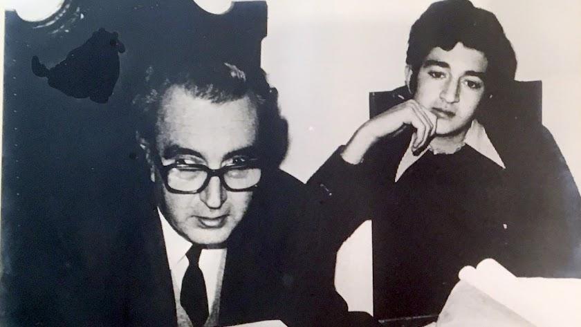El abogado Juan Pérez y Pérez, en su despacho, junto a su hijo José Arturo, en su época de estudiante en una foto de Carlos Pérez Siquier.