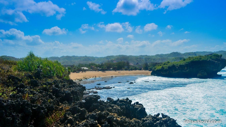 Melihat Pantai Sarangan Gunungkidul dari tebing sisi barat