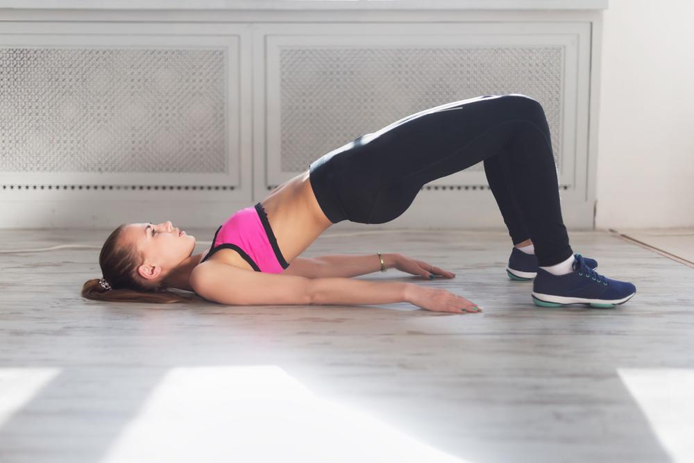 mulher fazendo exercício isométrico