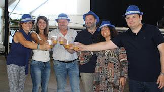 Alcalde y concejales brindando en el inicio de las fiestas.