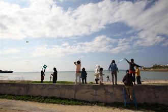 Photo: 海で凧揚げ