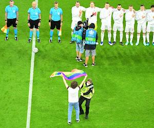 Veldbestormer met regenboogvlag tijdens het volkslied van Hongarije