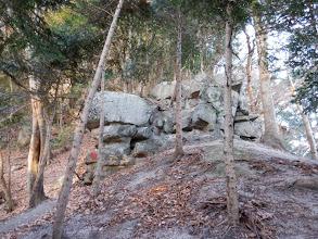岩場は左から回り込み