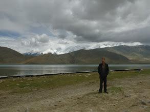 Photo: Jezero je obklopené vysokými horami, které si celoročně udržují svou sněhovou přikrývku.