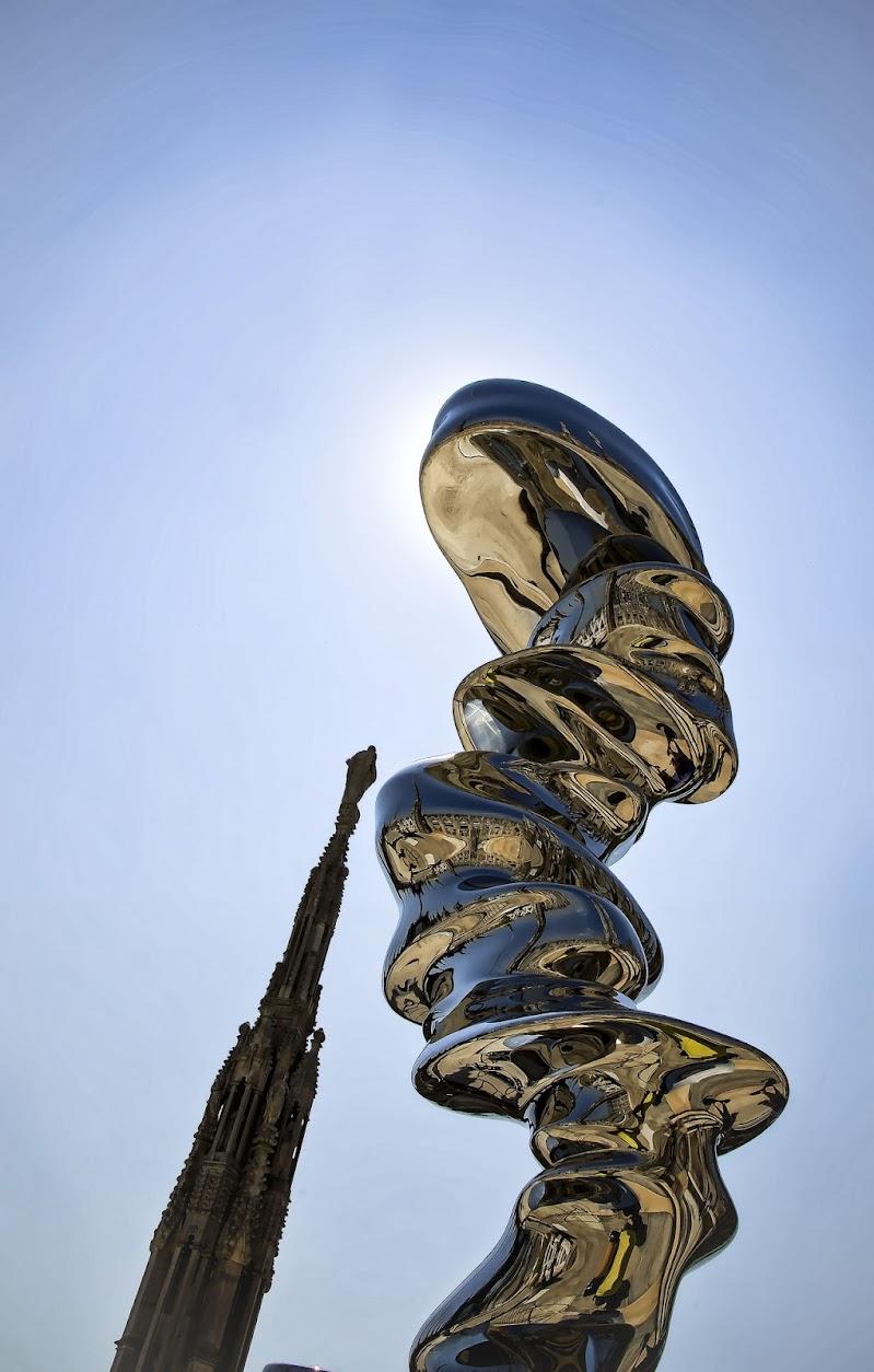 Il duomo riflesso su Elliptical scultura in acciaio di T. Cragg di Yasis