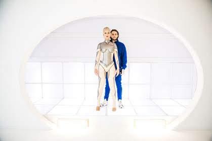 [迷迷音樂] 凱蒂佩芮 推新MV化身性感機器人 與男神 DJ捷德 大談戀愛 網路秒衝400萬天量點擊