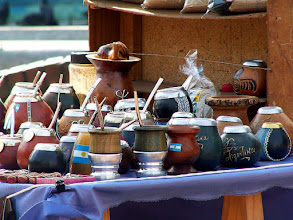 Photo: Buenos Aires, Plaza de Mayo, tykwy do picia mate / Gourds for drinking mate