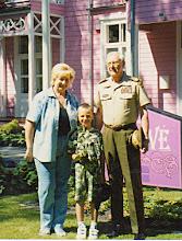 Photo: Genutė Grigalauskaitė su anūku ir generolu Jonu Kronkaičiu Palangoje. Nuotrauka iš asmeninio archyvo