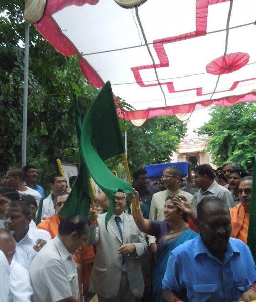 Photo: Vivekananda Chariot flagged off on sept11, 2012 by Hon'ble Dr.Daggubati Purandeswari along with Hon'ble Cheif Justice Mr.Pinaki Chandra Ghose