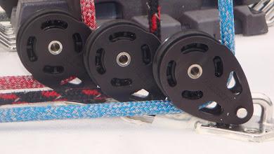 Photo: Pose des poulies de renvoi de drisses