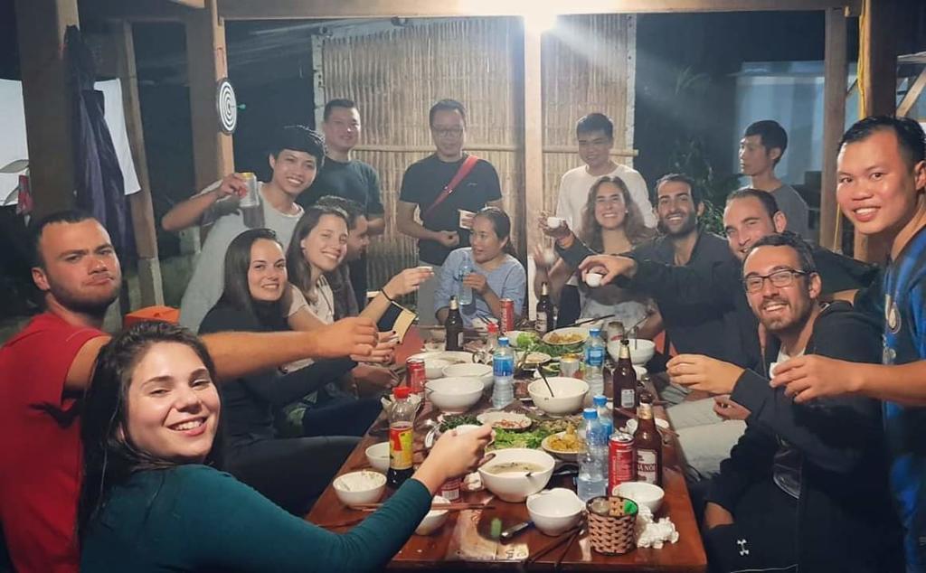 Du khách ăn uống tại Little Mai Châu homestay
