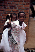 Photo: Gatenga (Rwanda) - Ragazze col vestito bianco / Girls in a white dress