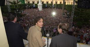 David Bisbal junto al alcalde Santiago Martínez Cabrejas, en la Plaza Vieja.