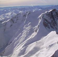 Photo: Hautes Pyrénées : vision aérienne hivernale sur les faces Nord et Est du Vignemale. Belle vue sur le glacier d'Ossoue surplombé par les crêtes du pic de Cerbillona au Grand Tapou à gauche. Dans le champ de neige juste devant vous devinerez le refuge de Beysselance.