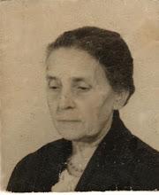 Photo: Johanna Cornelia Snel, deze keer al op gevorderde leeftijd. Ze overleed op Oudejaarsdag 1943 in Laren op de leeftijd van 65 jaar. Enkele maanden later zou ik worden geboren en ik heb deze grootmoeder dus niet meegemaakt. Ik vind dit een indringend portret. Wat een verschil met haar jonge jaren!