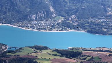 Photo: Derrière le col, le lac de Serre-Ponçon, pendant qu'un Mirage nous fait son show.