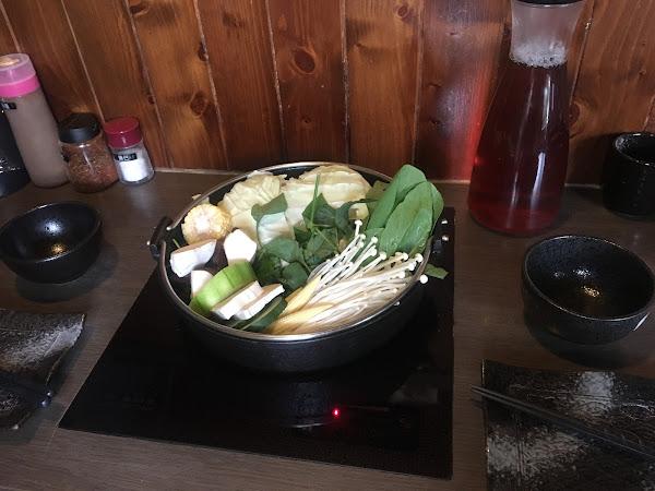 在愛食記看到慕名而來 也太好吃了吧!高雄第一餐 餐廳的小哥哥們都非常熱情 且帥!兩人份的火鍋肉超多 還剩一盤羊肉沒吃 另外還點了米飯跟烏龍麵 有機會還來!
