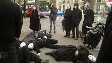 Photo: Les acteurs tombent par terre devant l'entrée.
