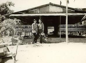 Photo: Từ trái sang: Lư thanh Sơn & Lê hồng Điều : trại gà Lái Thiêu